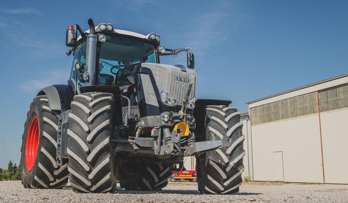 Dieser Traktor ist mit 4 neuen TV-Tractor-Reifen ausgestattet