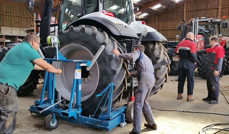 Werkzeug, das für die Handhabung von Traktorreifen benötigt wird