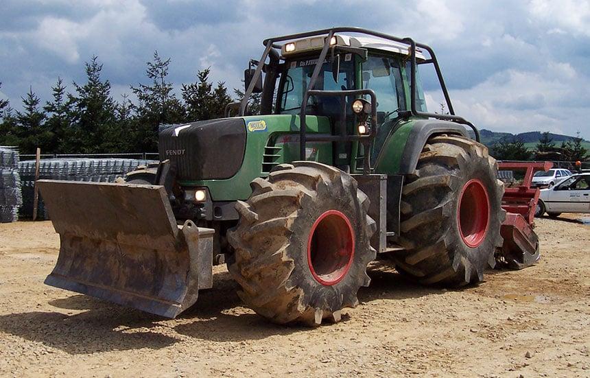Traktor mit Forestry-Reifen