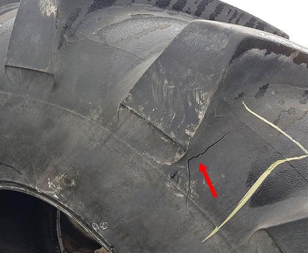 Riss in der Karkasse im Zusammenhang mit einem Stoß, der nur warm reparierbar ist
