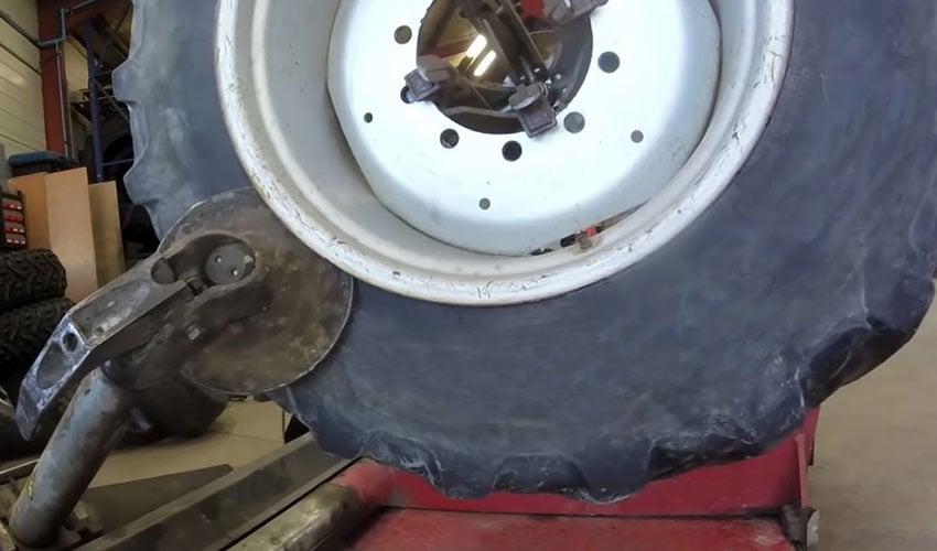 Demontage eines beschädigten Reifens mit Felge