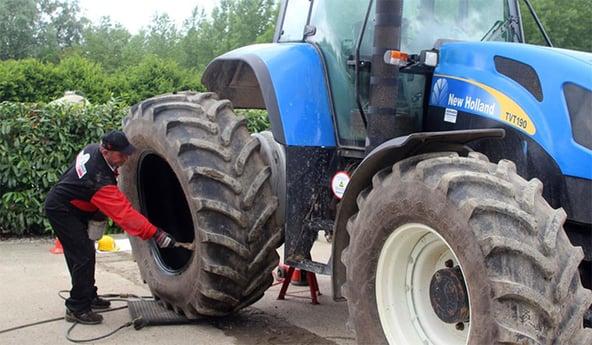 Montage eines Traktorreifens