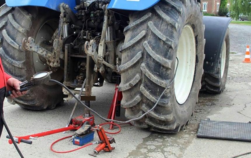 Sichere Aufstellung hinter dem Reifen beim Aufpumpen