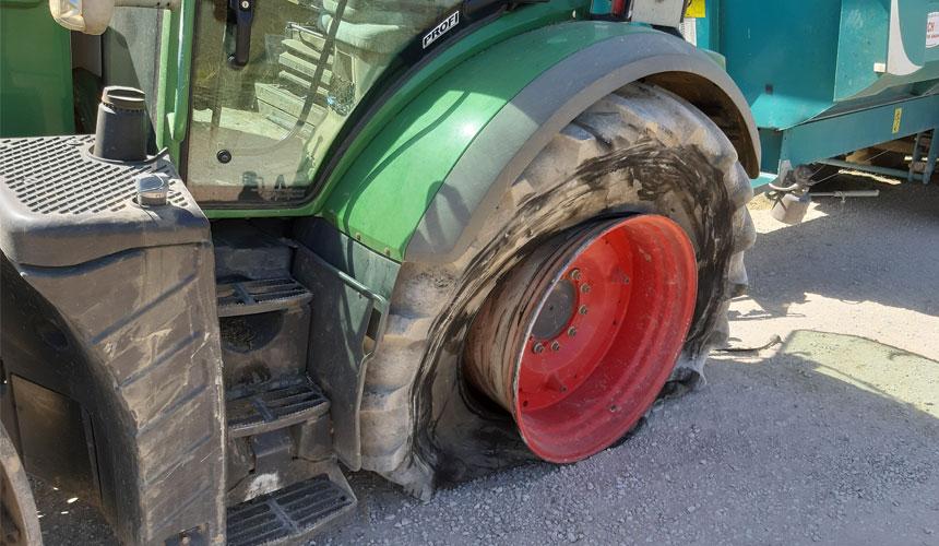 Geplatzter Traktorreifen